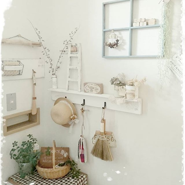 おしゃれな小物を飾った玄関の壁5