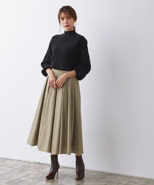 タックフレアスカートの服装