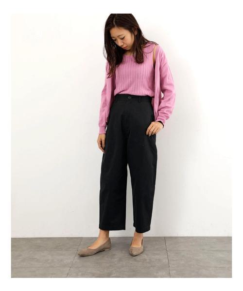 ピンクノースリーブニット×パンツの着こなし