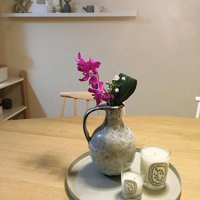 古風な花瓶に生花をインテリア
