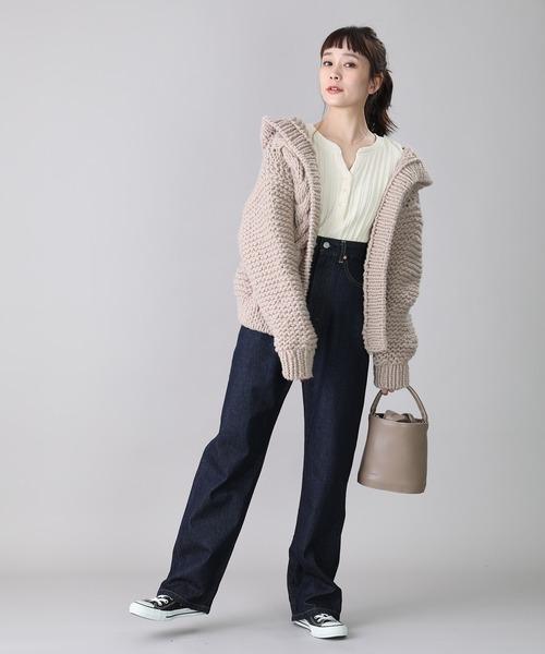 畦編みボリュームニットの服装