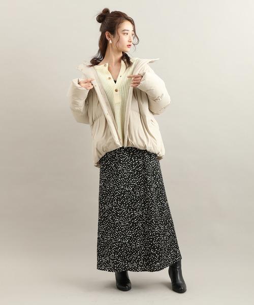 ボリュームダウン×スカートの服装