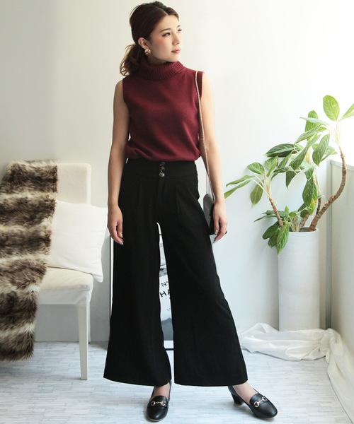赤ノースリーブニット×黒パンツの着こなし