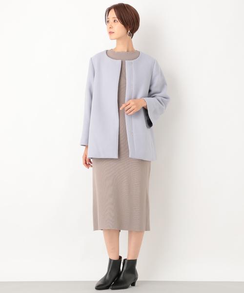 ノーカラーショートコートの服装