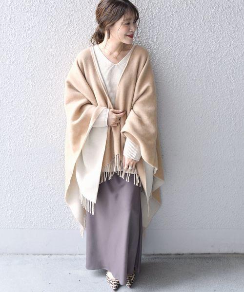 ポンチョ×スカートの服装