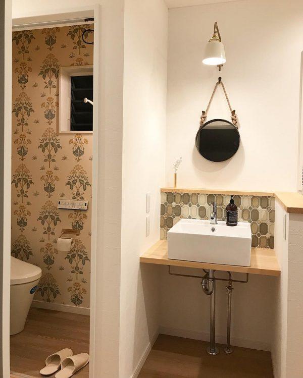 タイルやアクセントクロスがおしゃれなトイレ