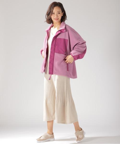 動きやすさがポイントのニットワンピースは、秋のバーベキューファッションに使えるボトムスです。爽やかなアイボリー色のワンピースが、大人女性の柔らかな印象を見せてくれそう。秋のバーベキューの服装にマストなアウターに、フリースブルゾンをセレクトしてカジュアルさを高めています。ピンク色のブルゾンを選んでみると、存在感が高まったおしゃれなファッションに。