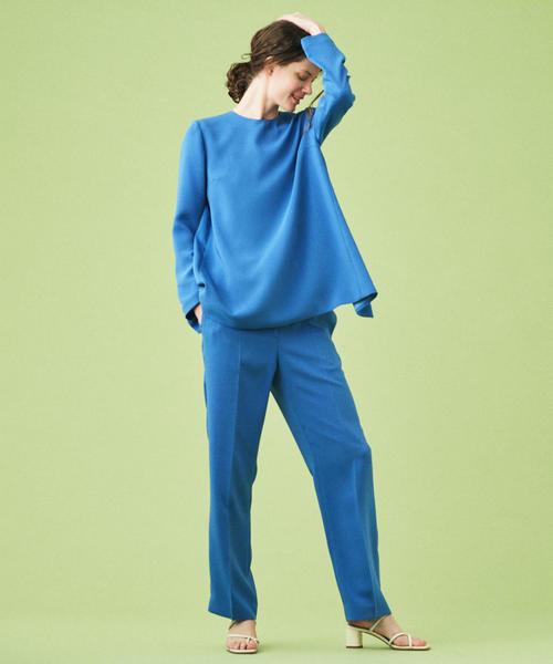 青バックスリットブラウス×青パンツの秋コーデ