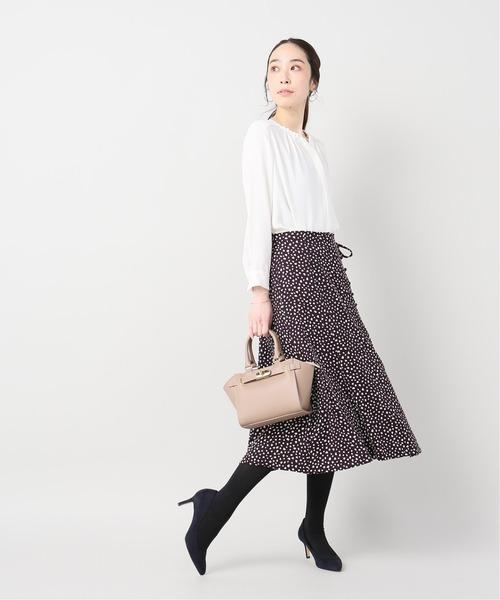 シャツ×フレアスカートの忘年会ファッション
