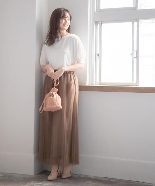 茶色プリーツスカートの柔らかコーデ