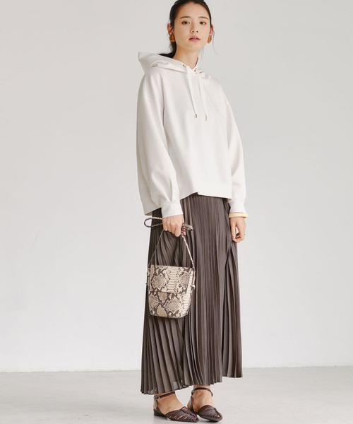 パーカー×茶色プリーツスカートのコーデ
