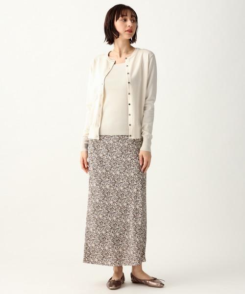 白ノースリーブニット×柄スカートの着こなし