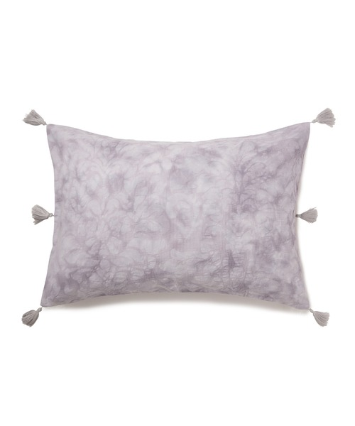 淡いグレーのフェミニンな枕カバー
