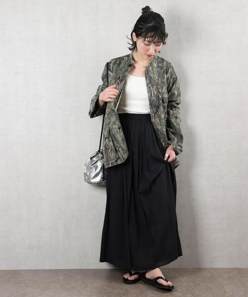 迷彩柄ジャケット×黒ロングスカートの秋コーデ