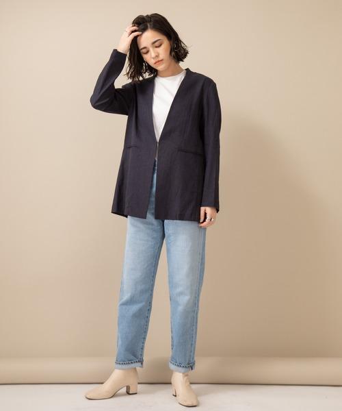 青ノーカラージャケット×デニムパンツの秋コーデ