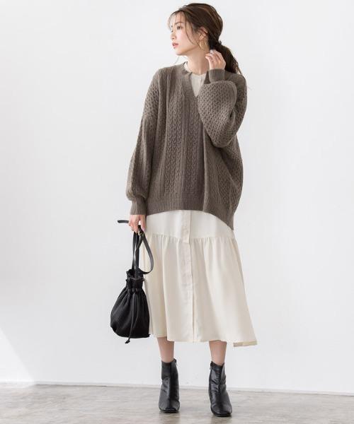 ケーブル編みニットの服装