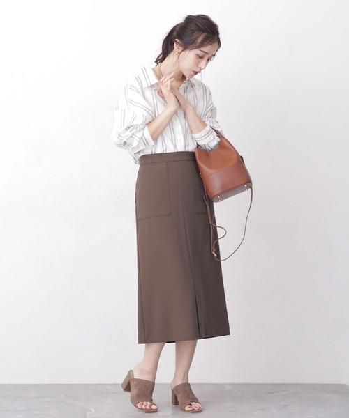 ストライプシャツ×スカートの服装