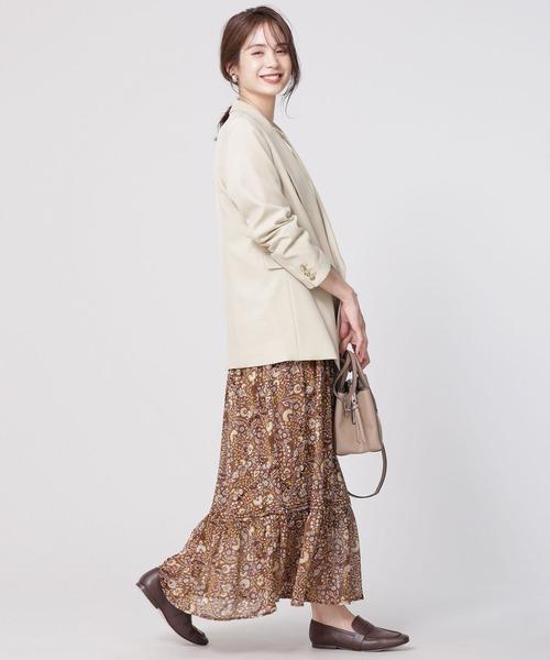 テーラードジャケット×スカートの服装