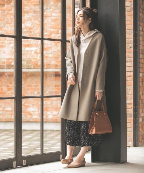 ノーカラーコート×スカートの服装