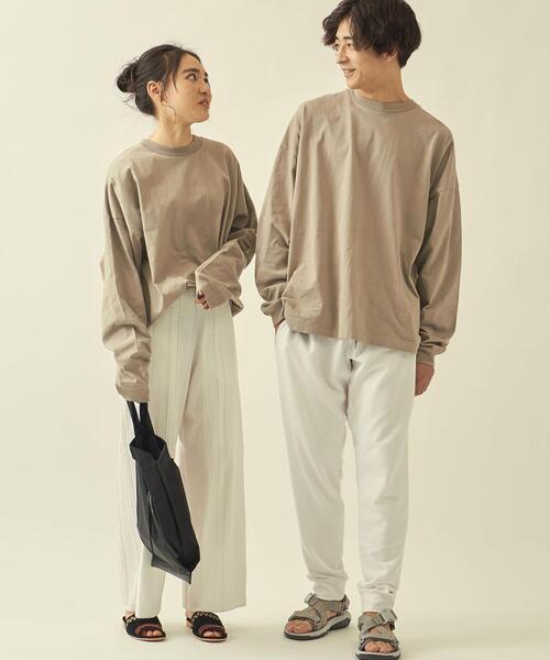 長袖Tシャツ×オフホワイトパンツの秋コーデ