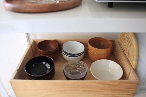 食器棚の一番手の届きやすいところに毎日使う食器セット