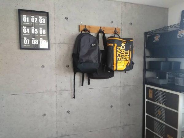 バッグ類を掛けやすいフック付きの木板