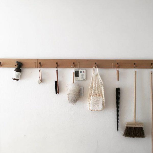 掃除用品をお洒落に収納できる壁付けフック