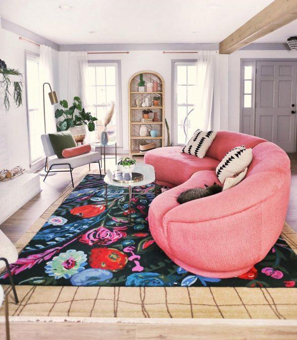 ピンクのソファ×大輪の花々ラグ