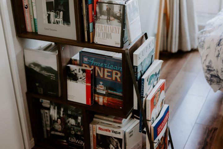 散らかっていた本棚を整理するeee