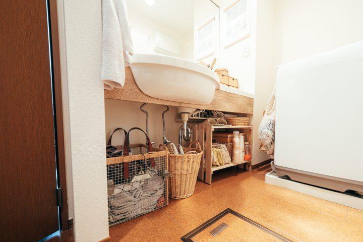 洗面台の下に収納スペースがなくて不便