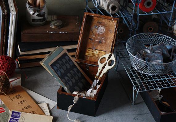 蓋付き木箱でレトロな小物入れ