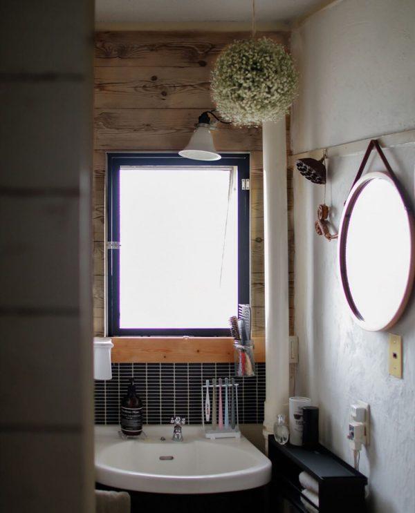 DIY壁が趣のある洗面所インテリア