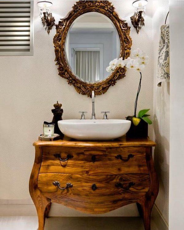 風水では鏡の前に花を置くと美容運アップ