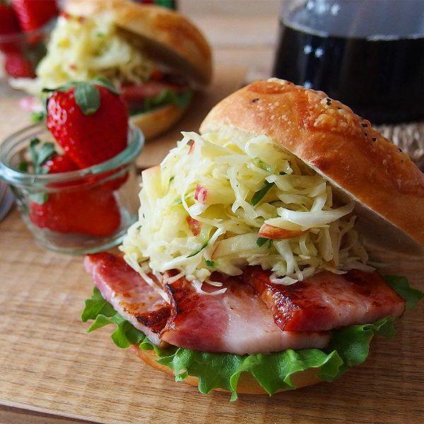 ベーコンとサラダのベーグルサンドイッチ