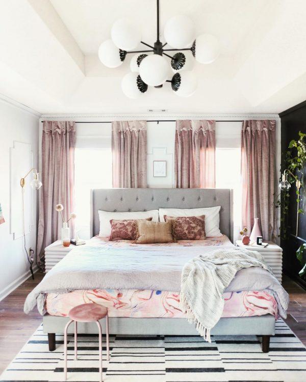 ベッドルームのハッピーなカーテン
