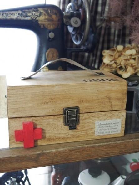 100均木箱であなたお気に入りの救急箱