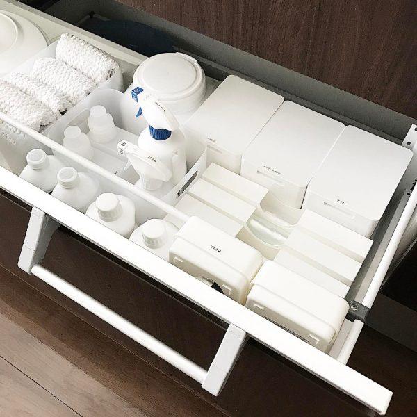 白で統一されたシンク下引き出し収納