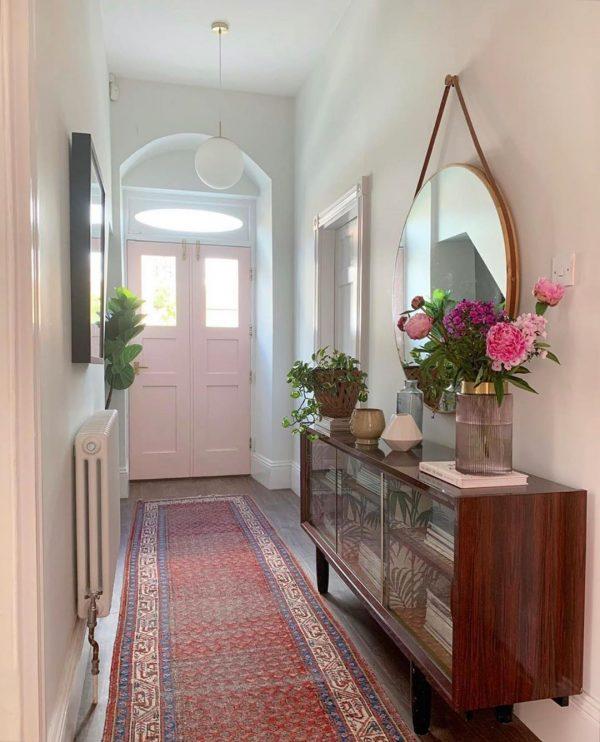風水では玄関を入って左側の鏡は金運アップ