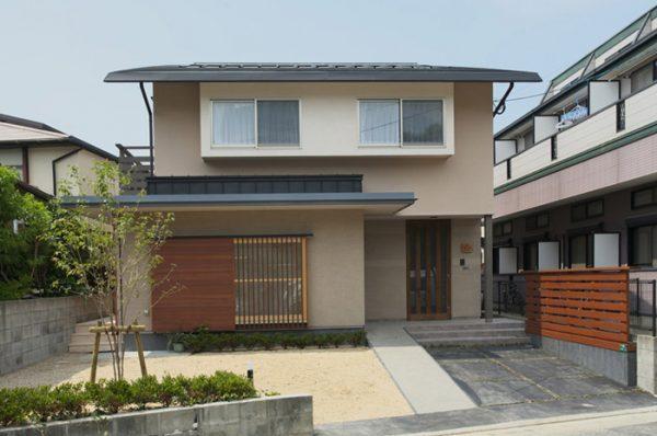 ベージュの外壁×シンプルな日本家屋