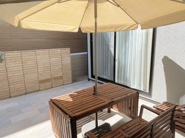 紫外線対策ができる中庭