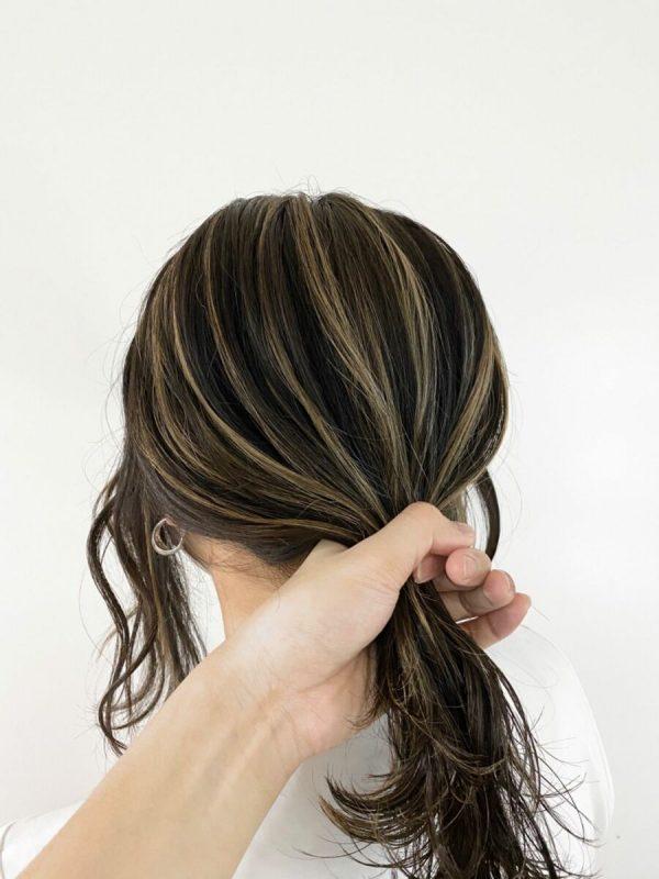 黒髪×ハイライトのスタイル《ミディアム》