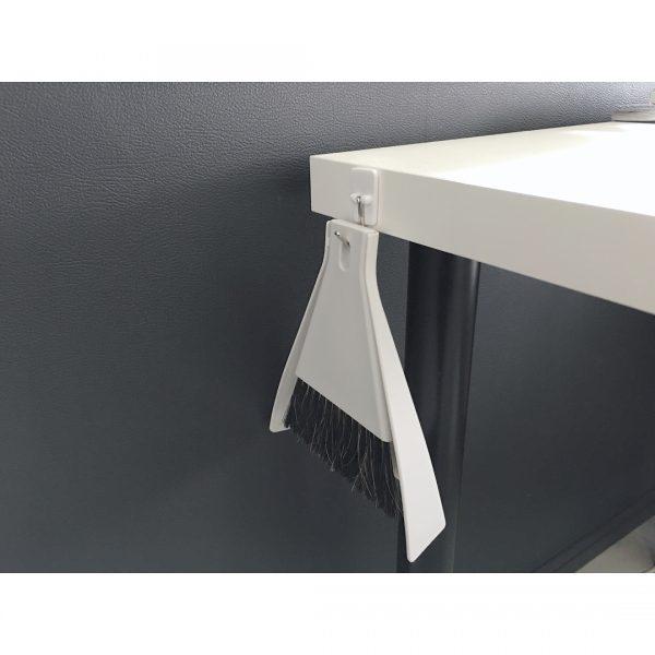 机にひっかける