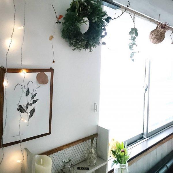窓際に吊るすドライフラワーのインテリア実例