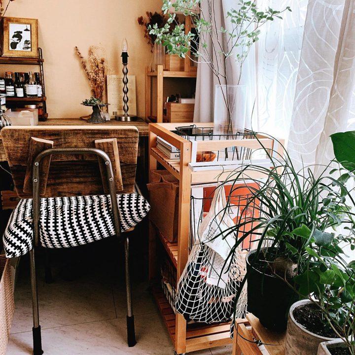 「木の家具」で揃え、リネンを白に模様替え