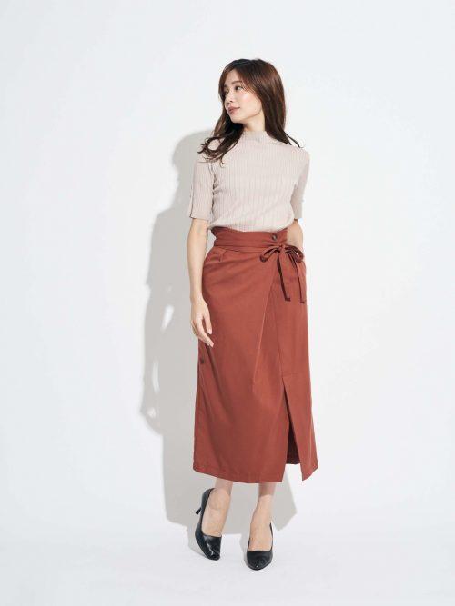 リボンラップ風スカートの服装