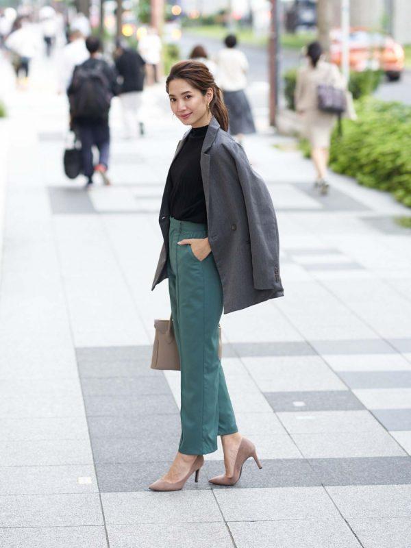 ジャケット×グリーンパンツの秋コーデ