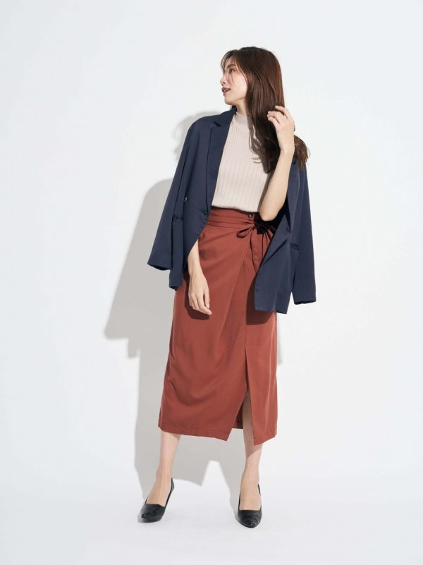 ブラウンのラップ風スカート