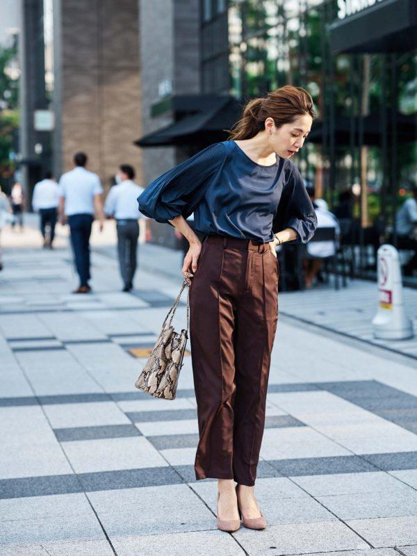紺ブラウス×茶色パンツの秋コーデ