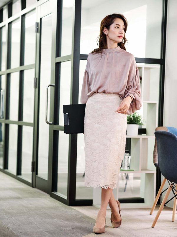 ボリューム袖ブラウス×レースタイトスカート