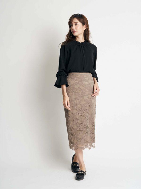 黒ブラウス×カーキレーススカートの秋コーデ